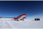 中国极地固定翼飞机降落南极冰盖之巅