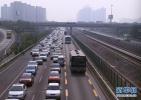 沧州一男童贪玩竟翻进高速公路