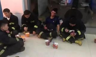 心疼!消防员灭火后手抖到挑不起泡面,旁边的队友吃着吃着睡着了