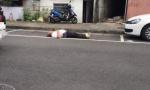 史上最狂!老人平躺地上用生命抢车位:找警察来啊!