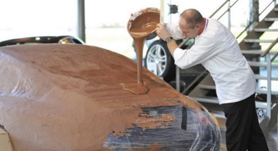 老板为跑车涂上巧克力 吸引众多吃货驻足