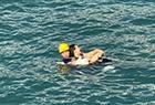 外国男子水中救人