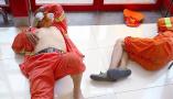 杭州:高温天环卫工商场内席地而睡 未遭驱赶
