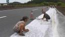 村民顺走高速路上工业盐 被劝后竟这么说