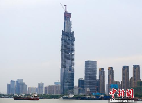 图为8月7日拍摄的正在建设中的武汉绿地中心。<a target='_blank' href='http://www.chinanews.com/'>中新社记者 张畅 摄