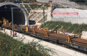 京沈高铁最长隧道正式铺轨