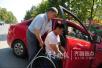 太赞了!淄博60岁单腿司机 5年来免费搭载求助者