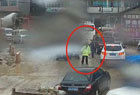 交警冒雨指挥交通