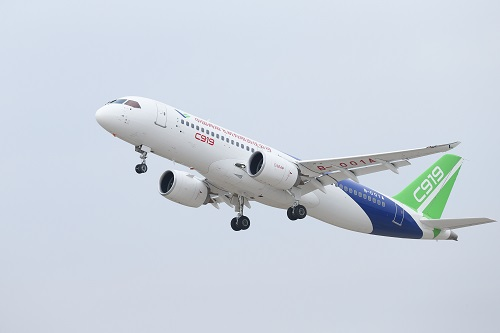 资料图片:11月10日,中国自主研制的C919大型客机在上海浦东国际机场起飞。新华社记者 丁汀 摄