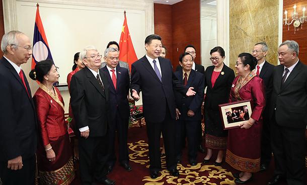 习近平会见老挝奔舍那家族友人