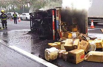 广州:快递车起火 过半货物焚毁
