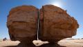 神迹!沙漠绿洲巨石分裂:激光切割般整齐