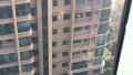 漯河一小区居民家中突然起火 浓烟滚滚玻璃炸裂