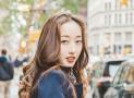 美女漫步纽约街头 肌肤白皙风格独特