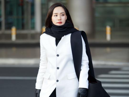 王智一袭白色大衣现身