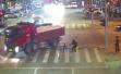 5岁男童车流中骑童车找妈妈,被土方车碾上瞬间女护士冲上前