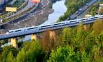 高铁动车穿行汉江