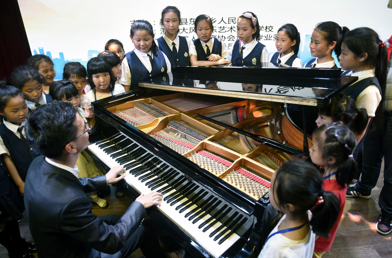 乡村小学迎来三角大钢琴