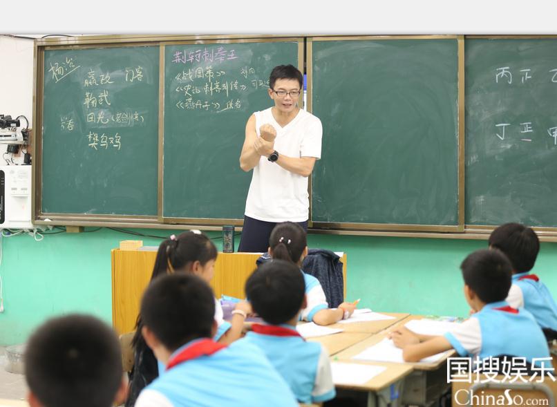 江南给学生们讲课