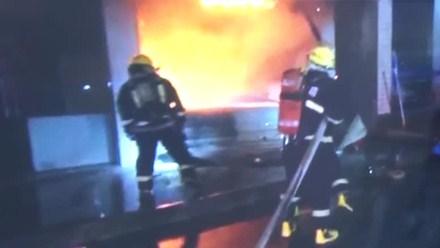 烈焰吞噬逃生门 消防员勇闯火海救出三人