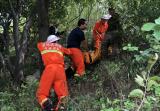 驴友爬山摔断腿被困山上 驻马店消防紧急救援