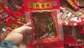实拍:辣条食品厂被查污垢遍布 工人徒手抓辣条