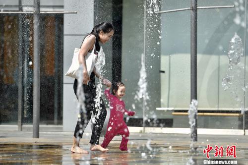 """5月17日,北京开启了高温干热的""""炙烤""""模式。<a target='_blank' href='http://www.chinanews.com/' >中新网记者 金硕 摄"""