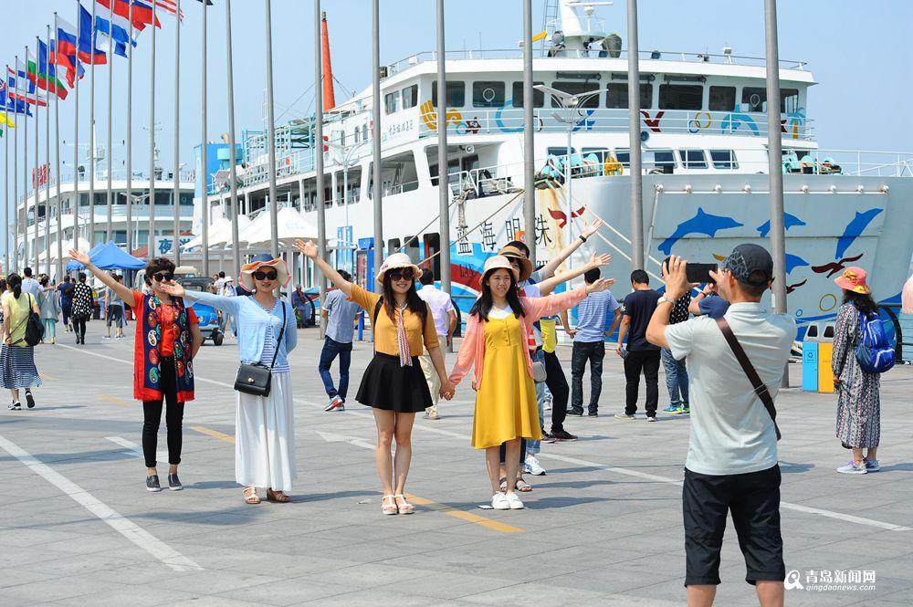 青岛重回24℃ 海边女游客大秀清凉