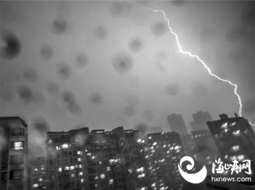 福建800乡镇遭暴雨袭击 福州雷闪1470次