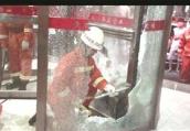 """旋转门""""咬""""住男孩胳膊 消防员敲碎玻璃施救"""
