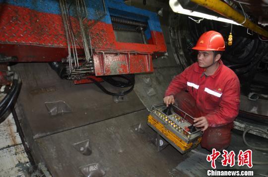 谭海燕/图为拼装司机在拼装隧道环片。谭海燕摄