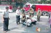 郑州:男子骑车街头摔伤 路人纷纷搀扶救助