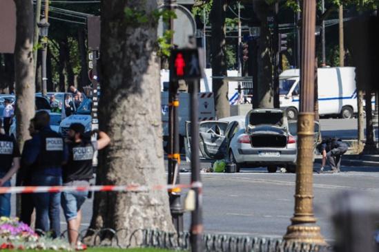 """法国巴黎一男子驾车冲撞警车 肇事者曾被列入""""恐怖观察名单""""(图)"""