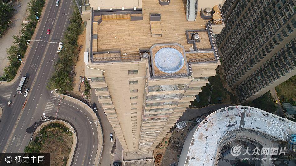 """德州业主在楼顶建成空中泳池 网友称其""""最牛违建"""""""