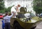 新人结婚乘坐装甲车