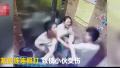 陕西安康一男子电梯内暴打妻子与劝架小伙 被拘10日