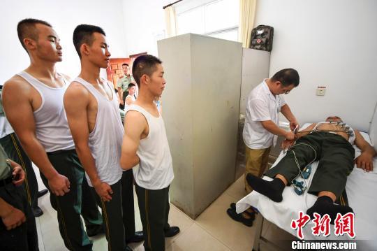 武警江西省新余支队第四中队的官兵正在进行免费体检。 周亮 摄