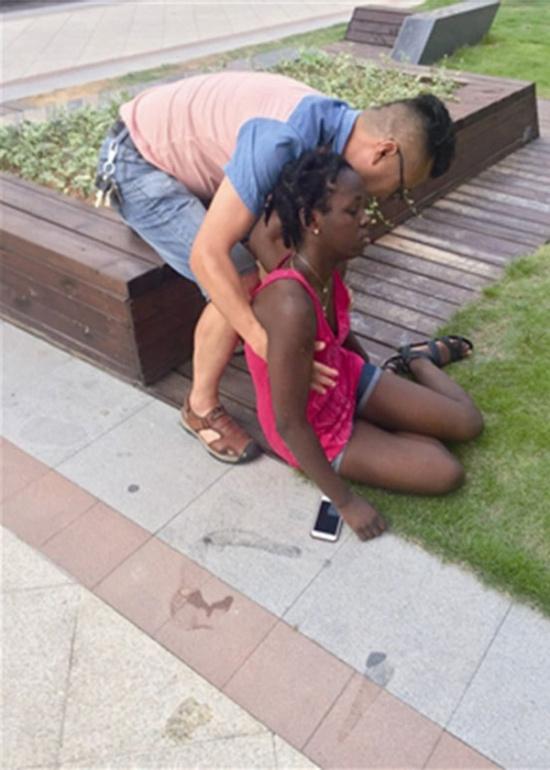 太热了!非洲女学生下楼买饭中暑晕倒 头被磕出包