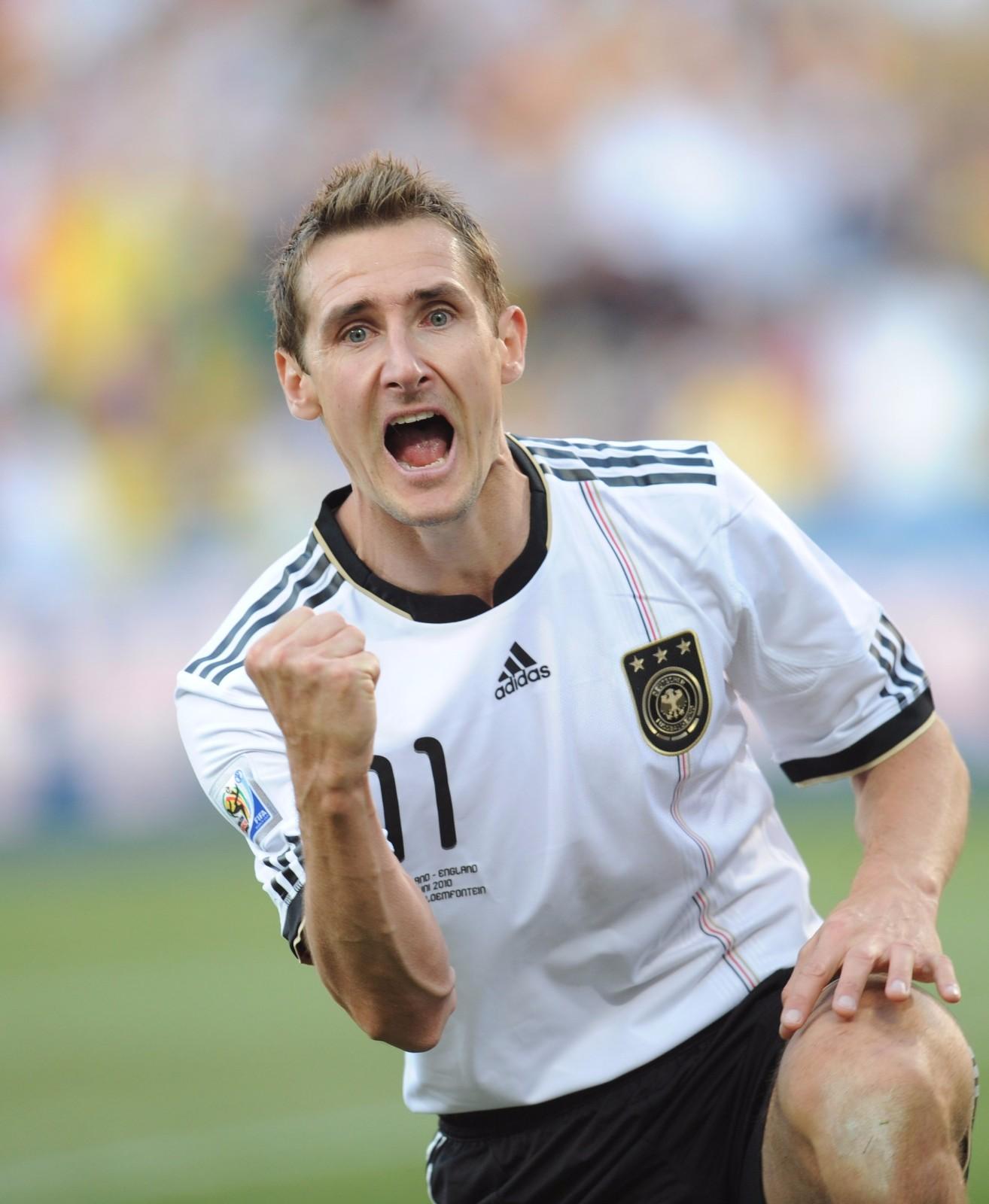 图为2010年6月27日,在布隆方丹举行的2010年南非世界杯八分之一决赛中,德国队球员克洛泽庆祝进球。