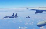 解放军出动轰-6K等多型多架战机绕飞台湾