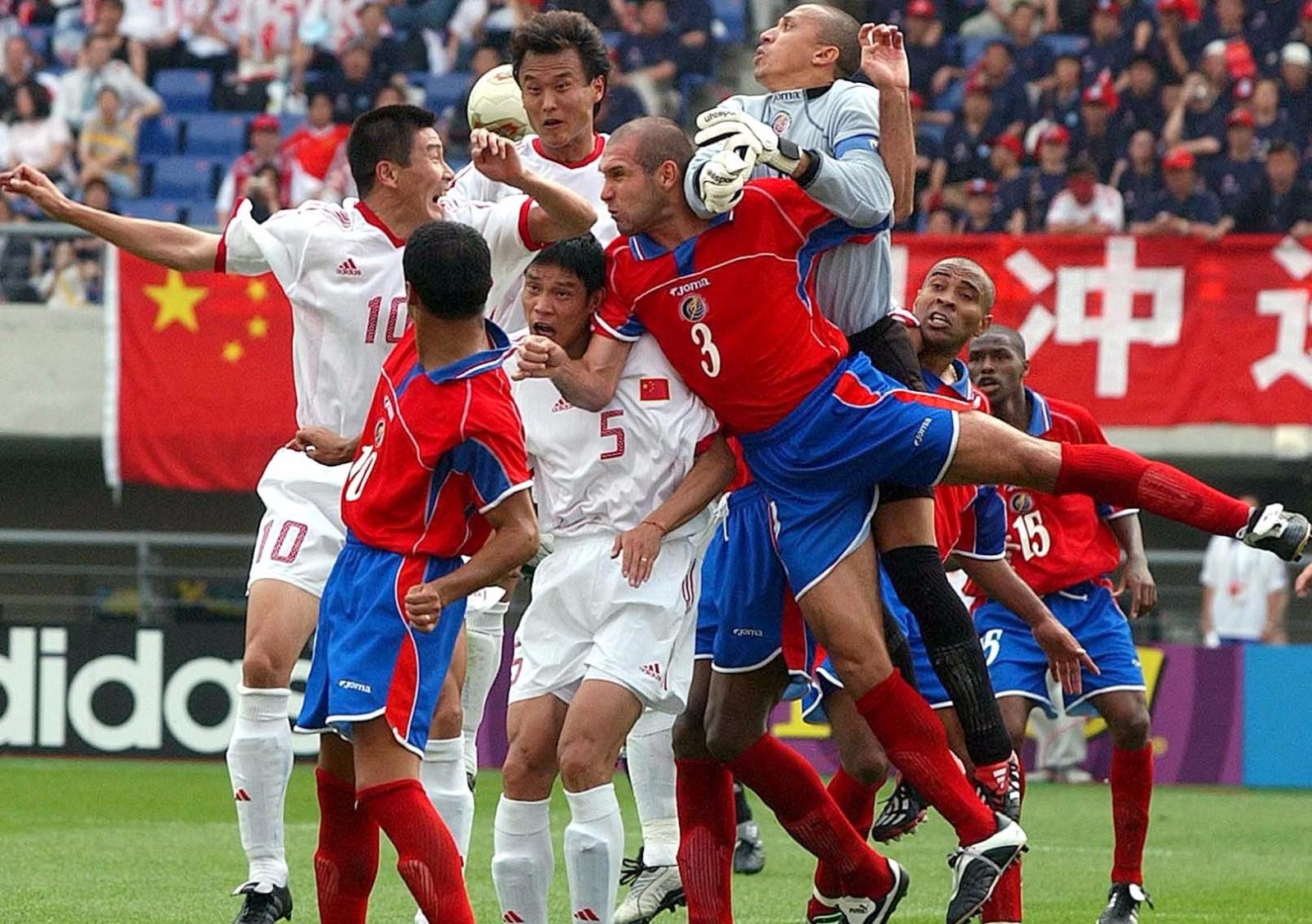 2002年,中国队经历了44年的等待,首次登上世界杯舞台。小组赛三战皆负,未进一球。\\\\r\\\\n图为2002年6月4日,在韩国光州进行的世界杯C组第二场比赛中,双方球员在比赛中拼抢,中国队首战以0比2负于哥斯达黎加队。