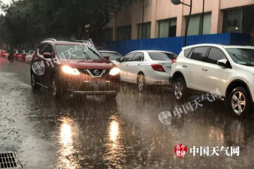 昨天,北京海淀区出现降雨,一时间雨水倾盆而下。