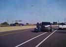 女摩托车手与SUV相撞