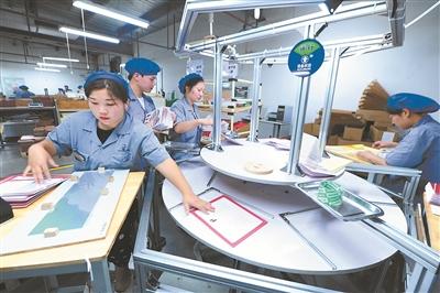 太仓市星光印刷有限公司的员工正在生产出口欧美市场的贺卡。 计海新摄 视觉江苏网供图