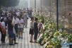 昨天的唐山弥漫着哀思!大地震42周年市民来纪念墙祭奠亲人