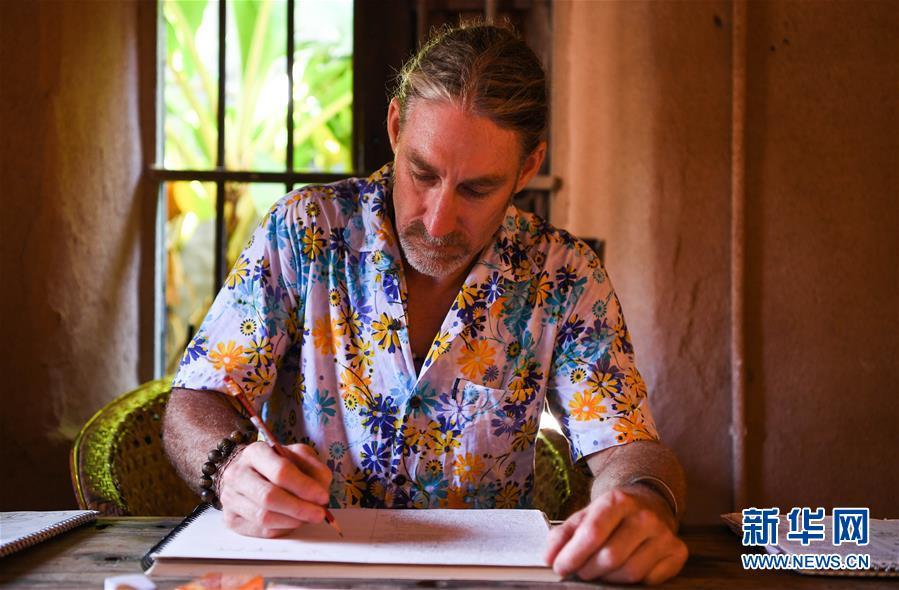 """渔村来了个""""洋老师"""":加拿大艺术家结缘海南小岛促环保"""