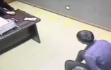 视频|男子盗银行卡取走两万:密码就写卡上啊