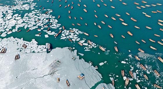 大连海冰半冰半海美景如画 渔民破冰耕海运输忙