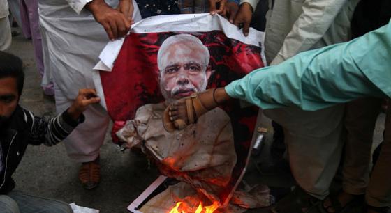 印巴局势紧张 巴基斯坦民众集会焚烧莫迪画像