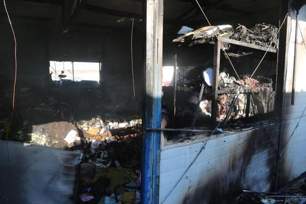 濮阳一储存农药、油漆的仓库着火 两间房被烧塌
